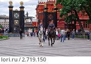 Купить «Конный патруль в Александровском саду - Москва», фото № 2719150, снято 14 июня 2010 г. (c) Алексей Стоянов / Фотобанк Лори