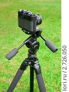 Купить «Фотоаппарат и штатив», фото № 2726050, снято 14 августа 2011 г. (c) Дмитрий Грушин / Фотобанк Лори