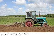 Весенняя вспашка земли колесным трактором. Стоковое фото, фотограф Георгий Чернилевский / Фотобанк Лори