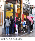 Купить «Брюссель. Очередь за знаменитыми брюссельскими вафлями», эксклюзивное фото № 2733906, снято 23 июля 2011 г. (c) Илюхина Наталья / Фотобанк Лори