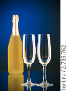 Бокалы и бутылка шампанского на столе. Стоковое фото, фотограф Elnur / Фотобанк Лори