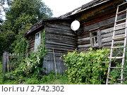 Антенна спутникового телевидения на деревенском доме. Стоковое фото, фотограф Павел Красихин / Фотобанк Лори
