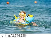Купить «Девочка купается в море на надувном круге», фото № 2744338, снято 22 октября 2018 г. (c) Дмитрий Калиновский / Фотобанк Лори