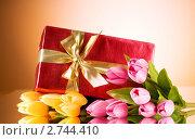 Купить «Тюльпаны и коробка с подарком», фото № 2744410, снято 1 марта 2018 г. (c) Elnur / Фотобанк Лори