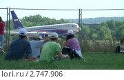 Купить «Пассажирский самолет приземляется», видеоролик № 2747906, снято 19 августа 2011 г. (c) Александр Рыбаков / Фотобанк Лори