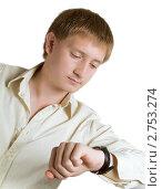 Молодой человек смотрит на часы. Стоковое фото, фотограф Владимир Зорин / Фотобанк Лори