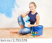 Купить «Девушка красит стену», фото № 2753578, снято 20 августа 2011 г. (c) Типляшина Евгения / Фотобанк Лори
