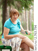 Купить «Женщина наносит гель на больное колено», фото № 2763794, снято 19 июня 2011 г. (c) Яков Филимонов / Фотобанк Лори