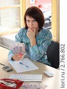 Купить «Девушка планирует семейный бюджет», фото № 2766802, снято 1 сентября 2011 г. (c) Надежда Глазова / Фотобанк Лори