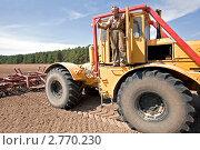 Купить «Фермер с трактором на поле показывает одобряющий жест», фото № 2770230, снято 19 августа 2011 г. (c) Вадим Ратников / Фотобанк Лори