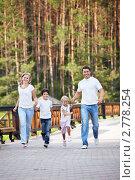 Купить «Семья на прогулке», фото № 2778254, снято 13 августа 2011 г. (c) Raev Denis / Фотобанк Лори