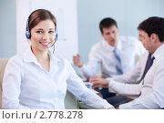Купить «Девушка-оператор в офисе на фоне мужчин», фото № 2778278, снято 1 июня 2011 г. (c) Raev Denis / Фотобанк Лори
