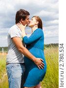 Купить «Поцелуй будущих родителей», эксклюзивное фото № 2780534, снято 18 июня 2011 г. (c) Куликова Вероника / Фотобанк Лори