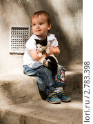 Купить «Счастливая девочка с кошкой сидит у стены дома», фото № 2783398, снято 30 августа 2011 г. (c) WalDeMarus / Фотобанк Лори
