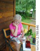 Купить «Женщина думает, как рассчитать деньги», фото № 2788646, снято 16 июля 2011 г. (c) Татьяна Юни / Фотобанк Лори