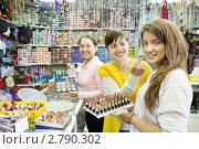 Девушки выбирают косметику в магазине. Стоковое фото, фотограф Яков Филимонов / Фотобанк Лори