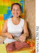 Купить «Женщина готовит мясо», фото № 2793162, снято 15 октября 2010 г. (c) Яков Филимонов / Фотобанк Лори