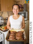 Купить «Женщина готовит мясо», фото № 2793170, снято 15 октября 2010 г. (c) Яков Филимонов / Фотобанк Лори