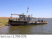 Старый речной буксир на берегу реки (2011 год). Редакционное фото, фотограф Дмитрий Куш / Фотобанк Лори