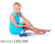 Блондинка гладит свои уставшие ноги. Стоковое фото, фотограф Типляшина Евгения / Фотобанк Лори