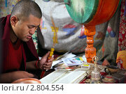 Купить «Буддийский монах молится в храме», фото № 2804554, снято 3 сентября 2011 г. (c) Татьяна Белова / Фотобанк Лори