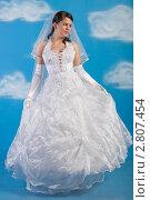 Купить «Невеста в белом платье на голубом фоне с облаками», фото № 2807454, снято 13 августа 2011 г. (c) Сергей Дубров / Фотобанк Лори