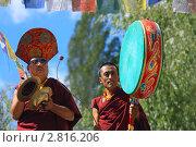 Буддисты из секты красношапочников исполняют ритуальную музыку. Лех. Ладакх. Индия (2011 год). Редакционное фото, фотограф Татьяна Белова / Фотобанк Лори