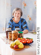 Купить «Женщина на кухне», эксклюзивное фото № 2816478, снято 22 сентября 2011 г. (c) Майя Крученкова / Фотобанк Лори