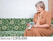 Купить «Женщина с деньгами», эксклюзивное фото № 2816694, снято 22 сентября 2011 г. (c) Майя Крученкова / Фотобанк Лори