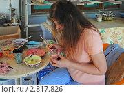 Купить «Болгария, в гончарной мастерской. Художница раскрашивает изделие», фото № 2817826, снято 23 августа 2011 г. (c) Татьяна Юни / Фотобанк Лори