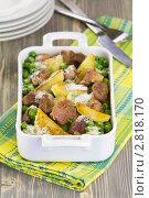 Купить «Мясо, тушенное с картофелем и зелёным горошком», эксклюзивное фото № 2818170, снято 30 августа 2011 г. (c) Александр Курлович / Фотобанк Лори