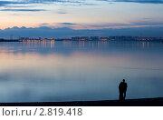 Купить «Молодая пара у реки смотрит на вечерний город», фото № 2819418, снято 24 сентября 2011 г. (c) Владимир Мельников / Фотобанк Лори