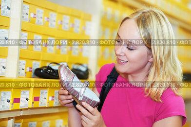 Девушка в обувном магазине