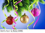 Хвойная ветвь с новогодними игрушками и серпантином. Стоковое фото, фотограф Elnur / Фотобанк Лори