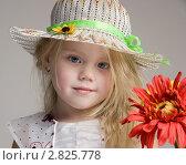 Портрет девочки в шляпке с красным цветком. Стоковое фото, фотограф Евгения Шийка / Фотобанк Лори