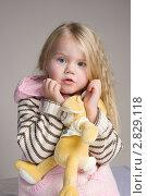 Девочка 4 лет с мягкой игрушкой в руках. Стоковое фото, фотограф Евгения Шийка / Фотобанк Лори