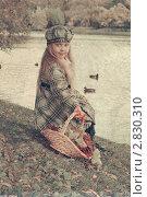 Девочка с корзиной ягод калины. Стоковое фото, фотограф Ольга Шабалкина / Фотобанк Лори