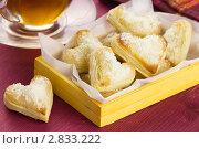Купить «Печенье из слоёного теста с пармезаном и чай», эксклюзивное фото № 2833222, снято 18 августа 2011 г. (c) Александр Курлович / Фотобанк Лори