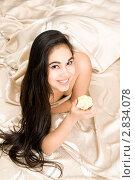 Купить «Милая улыбающаяся брюнетка в постели», фото № 2834078, снято 22 ноября 2009 г. (c) Сергей Сухоруков / Фотобанк Лори