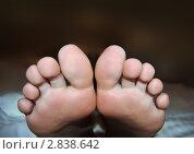 Ноги лежащего человека крупным планом. Стоковое фото, фотограф Беляева Елена / Фотобанк Лори