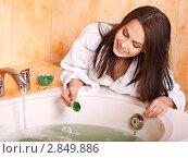 Купить «Девушка готовит ванну», фото № 2849886, снято 1 июля 2011 г. (c) Gennadiy Poznyakov / Фотобанк Лори