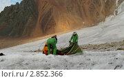 Группа альпинистов пытается поставить палатку на леднике. Стоковое видео, видеограф Коваль Василий / Фотобанк Лори