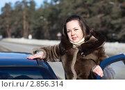 Купить «Девушка у автомобиля», фото № 2856314, снято 27 февраля 2011 г. (c) Яков Филимонов / Фотобанк Лори