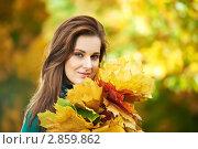 Купить «Девушка с жёлтыми листьями в парке», фото № 2859862, снято 14 ноября 2019 г. (c) Дмитрий Калиновский / Фотобанк Лори
