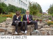 Мальчики около школы делают уроки (2011 год). Редакционное фото, фотограф Шарипова Лилия / Фотобанк Лори