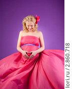 Молодая беременная женщина в розовом платье смотрит на живот. Стоковое фото, фотограф Марина Теплякова / Фотобанк Лори