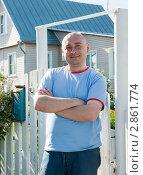 Купить «Мужчина стоит у ворот дачного домика», фото № 2861774, снято 5 июня 2011 г. (c) Дарья Филимонова / Фотобанк Лори