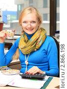Купить «Девушка-бухгалтер пьет чай. Обеденный перерыв», фото № 2866198, снято 13 октября 2011 г. (c) Надежда Глазова / Фотобанк Лори