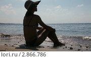 Девушка сидит на пляже. Стоковое видео, видеограф Алексей Кузнецов / Фотобанк Лори