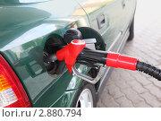 Заправочный пистолет бензоколонки, вставленный в бак автомобиля, фото № 2880794, снято 9 мая 2010 г. (c) Losevsky Pavel / Фотобанк Лори